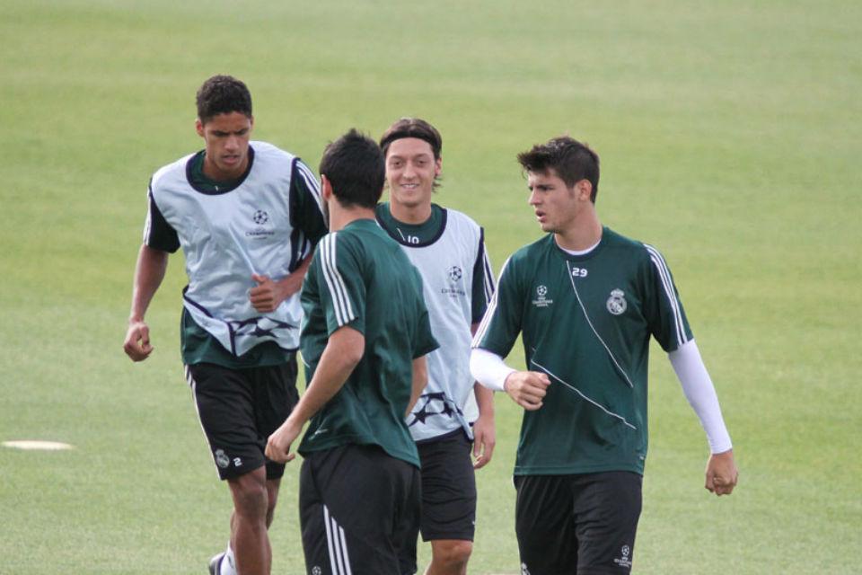 Kebersamaan Ozil dengan Varane mengisi waktu dengan Footgolf