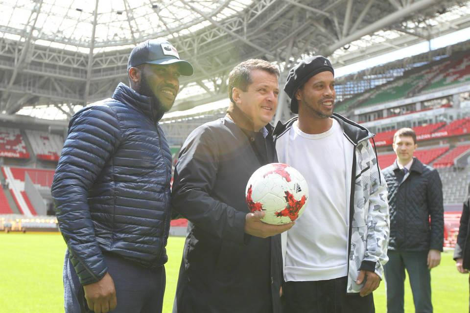 Okocha berpose bersama Ronaldinho sebagai sama-sama pemain PSG