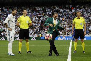 Sergio Garcia menendang bola sebelum pertandingan Real Madrid