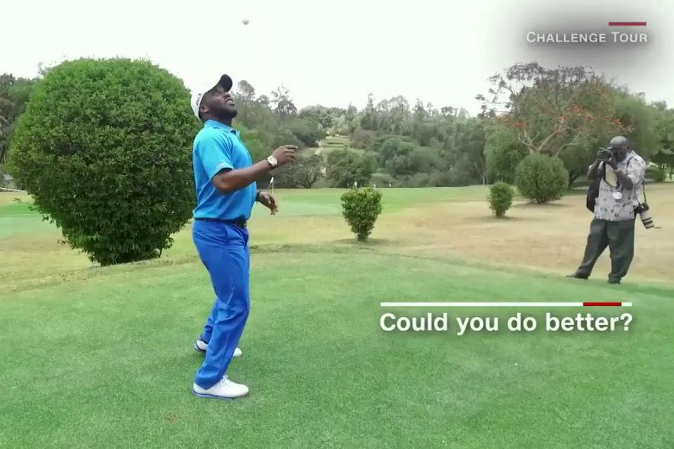 Okocha melakukan freestyle menggunakan bola golf